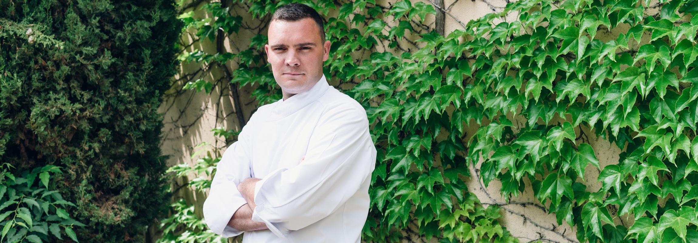 Le chef des deux restaurants de l'Hôtel Château de Montcaud (Provence) se trouve ici devant l'ancien pigeonnier du domaine du sud de la France. C'est là que se cache son studio de création.