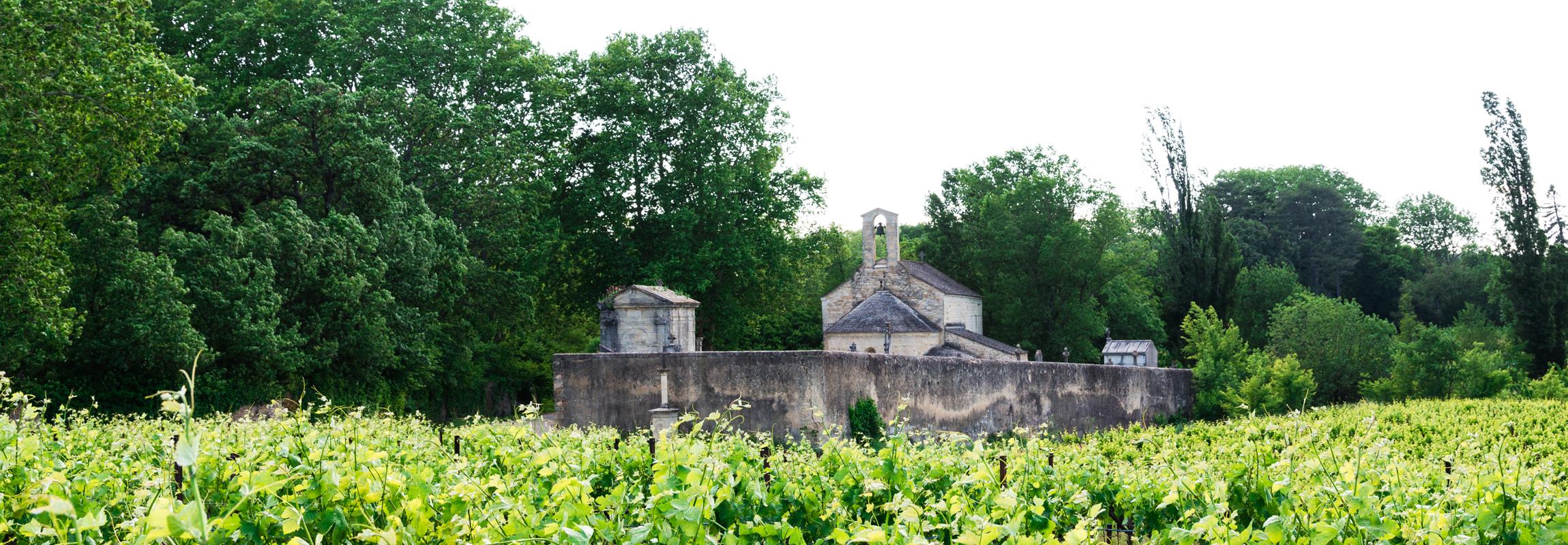 L'Hôtel Château de Montcaud est situé géographiquement dans le hameau de Combes dans la commune de Sabran, en bordure de la Provence, dans le sud de la France. Des bâtiments historiques comme cette petite église de Combes ornent les villages environnants.