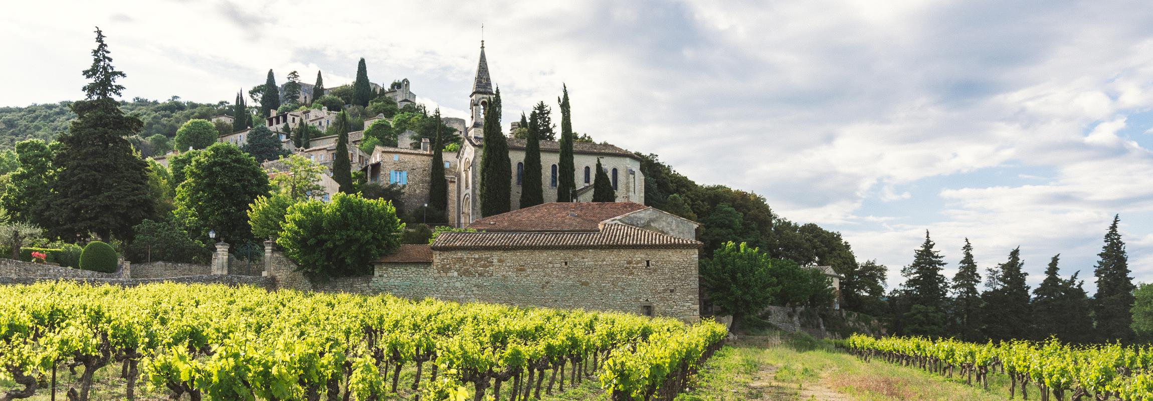 La Roque-sur-Cèze, ville historique qui est, comme l'Hôtel Château de Montcaud, située à la lisière de la Provence dans le sud de la France. Ces deux sites sont à visiter !