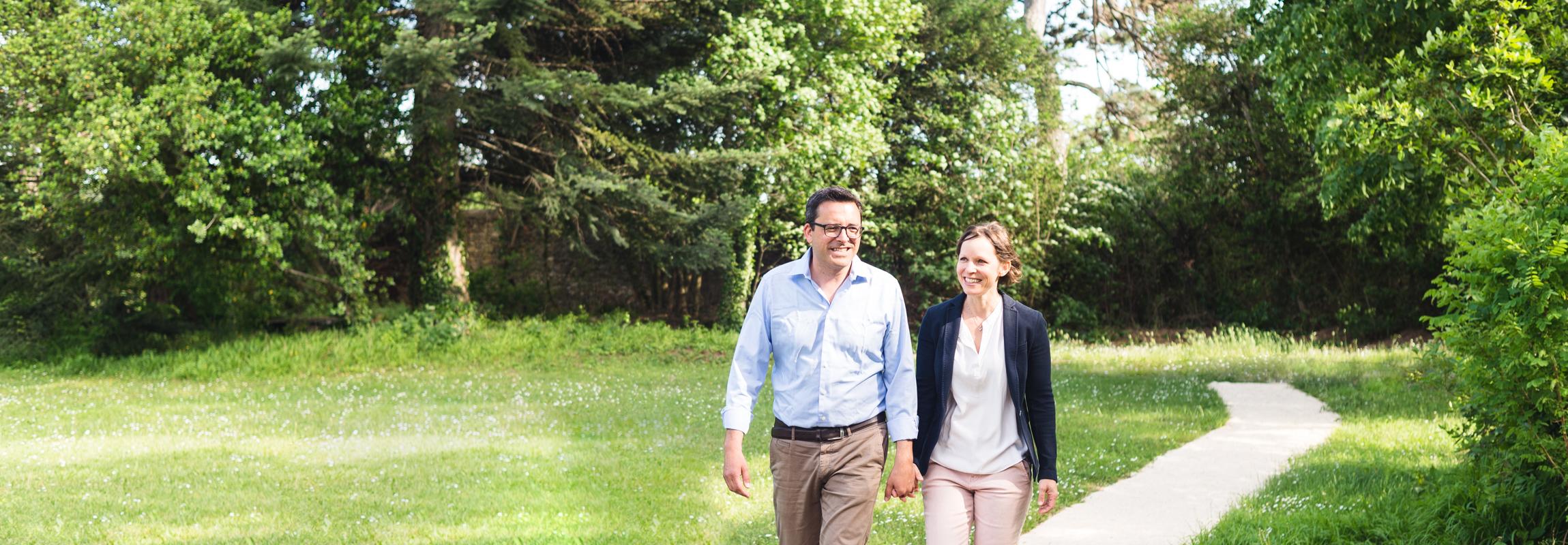 Andrea et Rolf Bertschi se promènant dans le parc de l'hôtel Château de Montcaud, où le couple vous acceuille chaleureusement. C'est en Provence qu'ils ont trouvé un nouveau foyer dans le sud de la France.