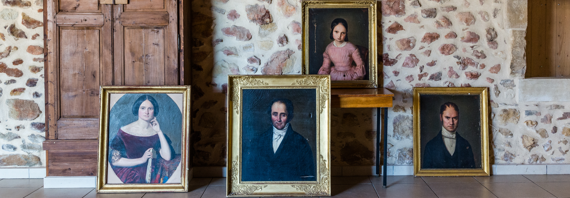 Les quatre portraits montrent le constructeur du Château de Montcaud, Alexandre Eugène Collain et trois de ses proches. Située en Provence, dans le sud de la France, la propriété fut transformée une première fois en hôtel dans les années 1990. Après de vastes travaux de rénovation l'établissement a ouvert à nouveau ses portes à l'été 2018.